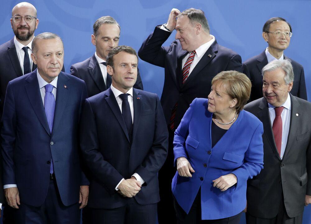 Antonio Gutteres, Angela Merkel, Recep Tayyip Erdogan e Emmanuel Macron alla foto di gruppo dei capi delle delegazioni partecipanti al forum di Berlino sulla Libia.