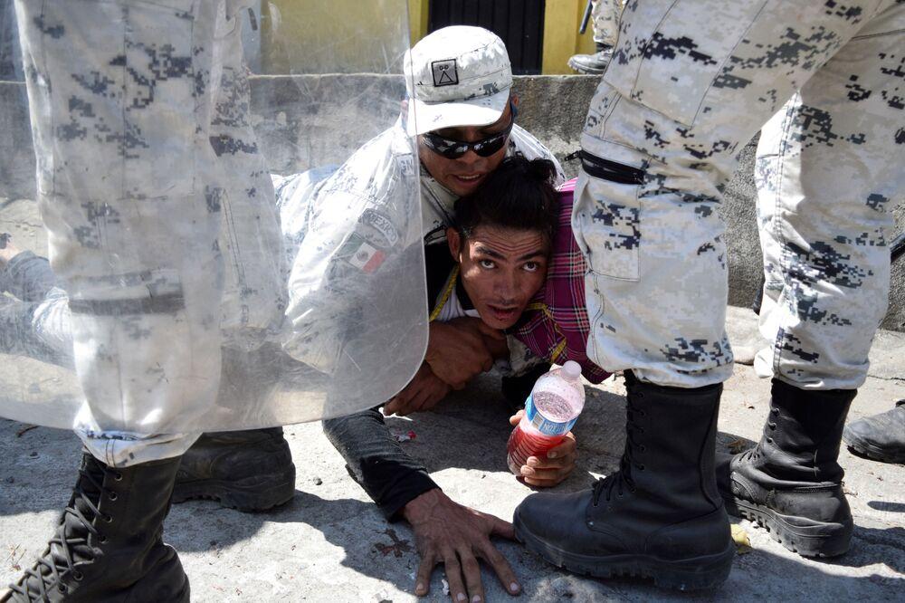 L'arresto di un migrante vicino al confine tra Guatemala e Messico.