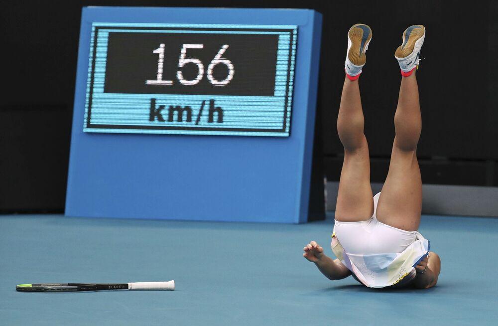 La tennista rumena Simona Halep cade durante il match contro Jennyfer Brady.