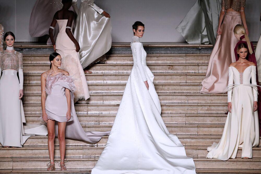 Le modelle presentano la collezione di Antonio Grimaldi alla Settimana di Moda a Parigi.