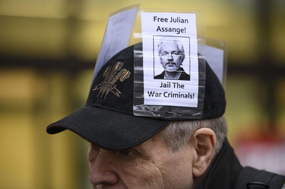 Un partecipante alle manifestazioni a sostegno di Julian Assange.