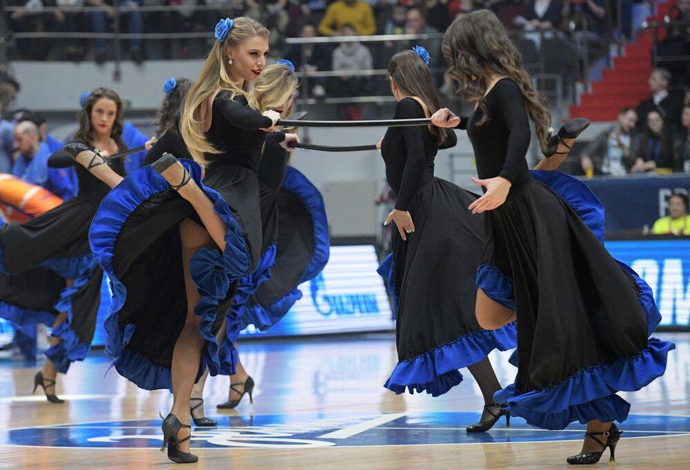 Le cheerleader della squadra di pallacanestro Zenit di San Pietroburgo durante la partita dell'Eurolega contro il Valencia.