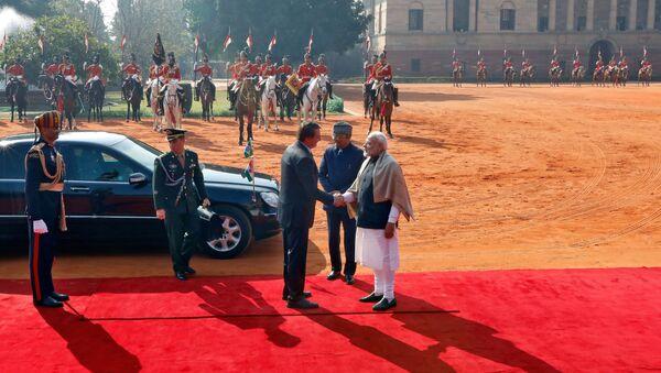 Il presidente brasiliano Jair Bolsonaro stringe la mano al primo ministro indiano Narendra Modi, 25 gennaio 2020 - Sputnik Italia