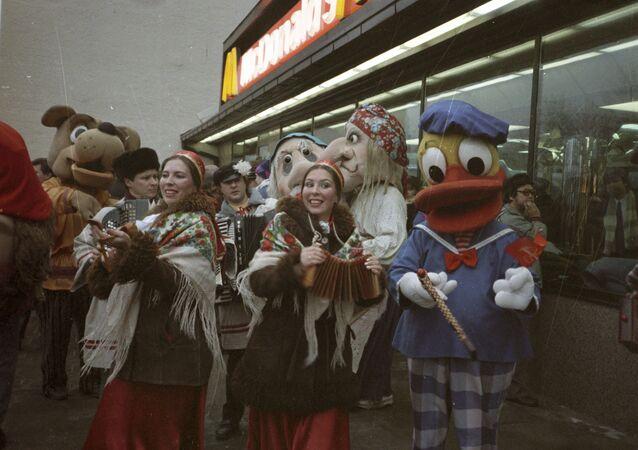 L'inaugurazione del primo ristorante sovietico-canadese McDonald's sulla piazza Pushkin a Mosca il 31 gennaio 1990.
