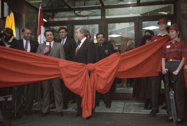 L'inaugurazione del primo ristorante sovietico-canadese McDonald's sulla piazza Pushkin a Mosca il 31 gennaio 1990. - Sputnik Italia