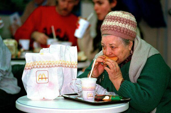 Una donna anziana al ristorante McDonald's a Mosca - Sputnik Italia