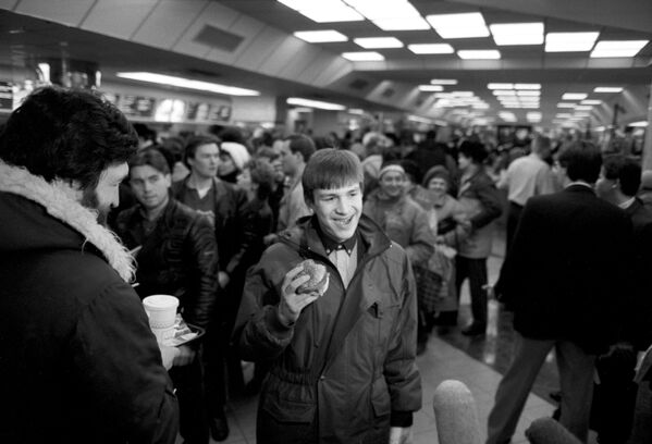 I primi clienti del ristorante sovietico-canadese McDonald's inaugurato sulla piazza Pushkin a Mosca il 31 gennaio 1990. - Sputnik Italia