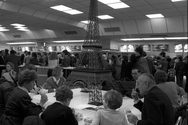 La sala europea del ristorante sovietico-canadese McDonald's sulla piazza Pushkin a Mosca. Una delle attrazioni della sala è un modello originale della Torre Eiffel. - Sputnik Italia