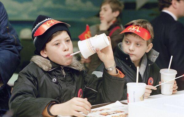 I primi giovani clienti del ristorante sovietico-canadese McDonald's inaugurato sulla piazza Pushkin a Mosca il 31 gennaio 1990. - Sputnik Italia