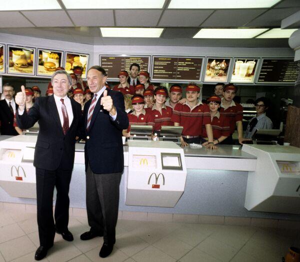 Il dirigente e il presidente del ristorante McDonalds Vladimir Malyshkov e il vice dirigente del ristorante George A. Cohon a Mosca. - Sputnik Italia