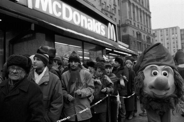 La coda per il primo ristorante sovietico-canadese McDonald's inaugurato sulla piazza Pushkin a Mosca il 31 gennaio 1990. - Sputnik Italia