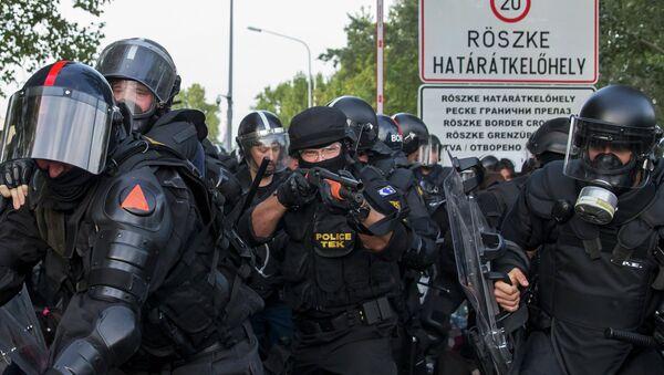 Agenti della polizia ungherese - Sputnik Italia