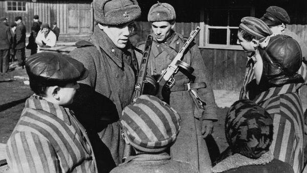 I soldati sovietici mentre liberarono Auschwitz  - Sputnik Italia