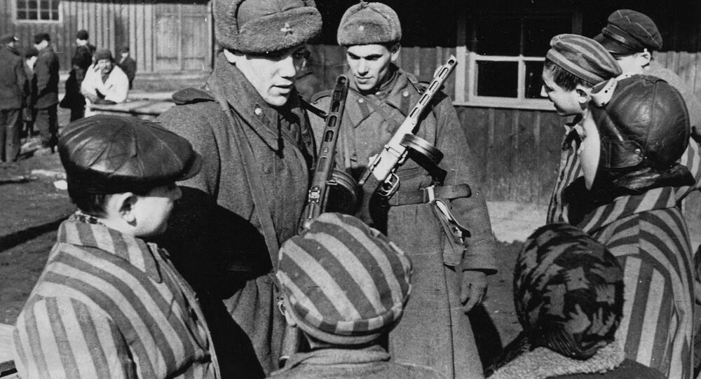 I soldati sovietici mentre liberarono Auschwitz
