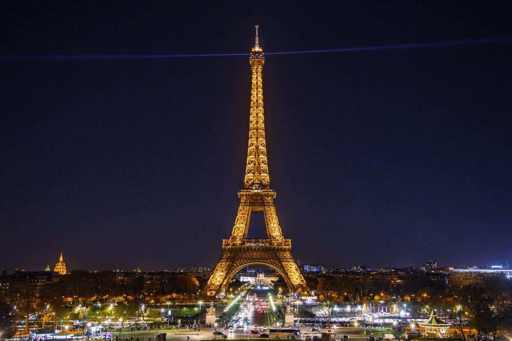 È vietato fotografare la Torre Eiffel illuminata di notte, Parigi, Francia