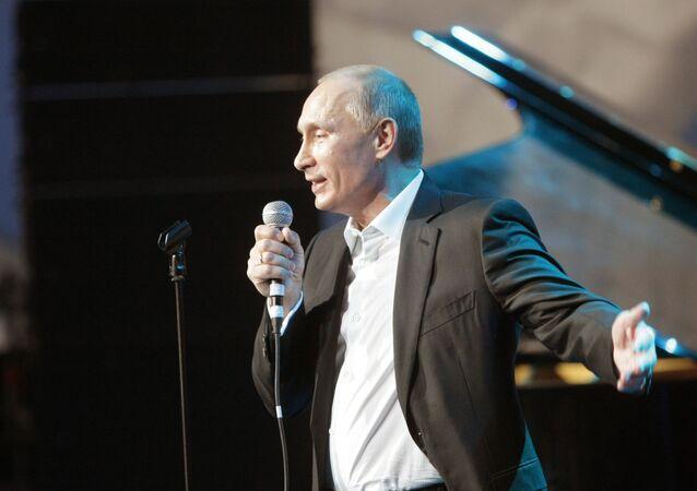 Il Primo Ministro Vladimir Putin canta la canzone Blueberry Hill a un concerto di beneficenza a San Pietroburgo nel 2010