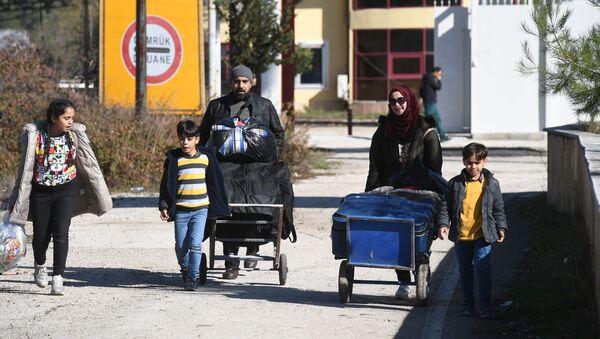 Rifugiati siriani al confine tra Siria e Turchia - Sputnik Italia