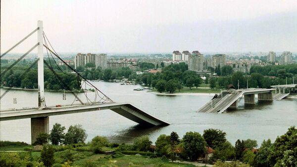 Un'immagine di un servizio di TV serba dimostra un ponte distrutto nella città jugoslava di Novi Sad dopo i bombardamenti della NATO nel 1999 - Sputnik Italia