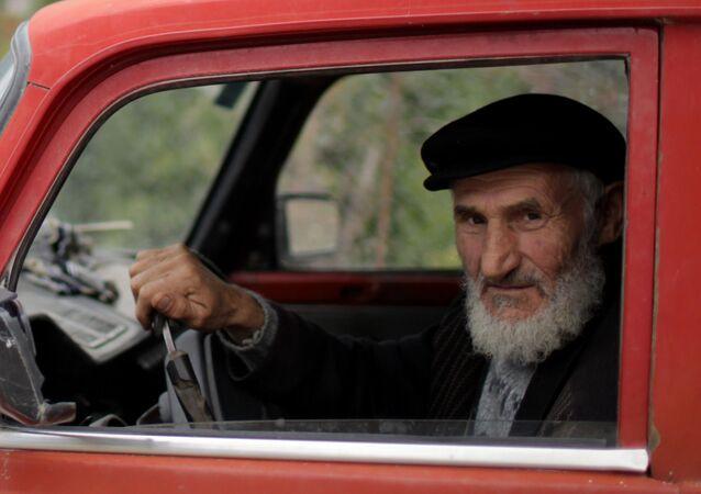 Uomo anziano al volante