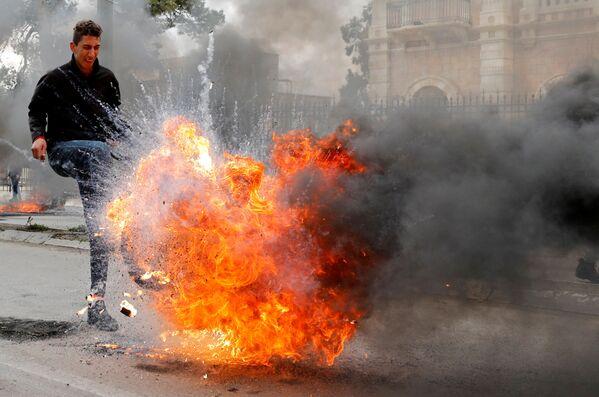 Un manifestante palestinese alle proteste contro l'accordo del secolo di Donald Trump per il Medio Oriente a Betlemme. - Sputnik Italia