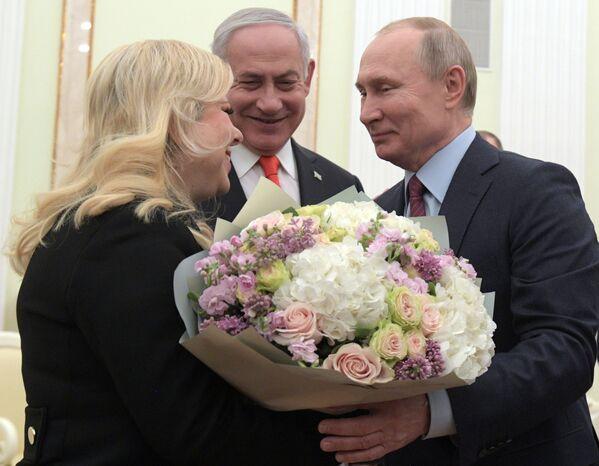 Il presidente russo Vladimir Putin con il primo ministro israeliano Benjamin Netanyahu e la sua moglie Sara durante un incontro a Gerusalemme. - Sputnik Italia