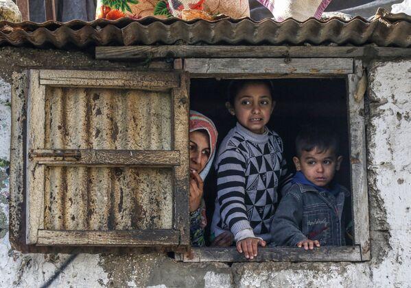 Una famiglia di palestinesi in un campo rifugiati nella Striscia di Gaza. - Sputnik Italia