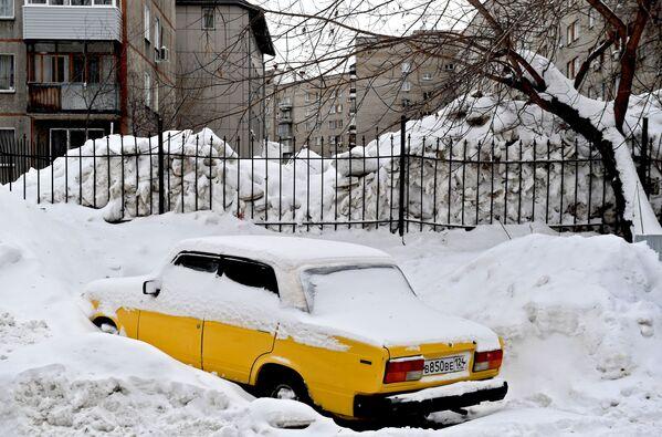 La neve in un cortile della città russa Novosibirsk. - Sputnik Italia