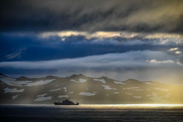 La nave oceanografica di ricerca Admiral Vladimirsky partita da Montevideo verso l'Antartide. - Sputnik Italia