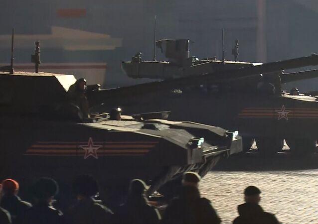 """Il carro armato T-14 """"Armata"""" per la prima volta in pubblico alle prove della Parata della Vittoria"""