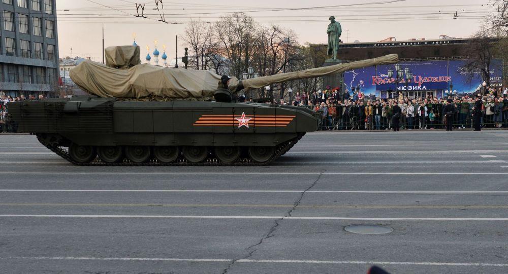 Carro armato T-14 con piattaforma cingolata Armata durante le prove della Parata della Vittoria