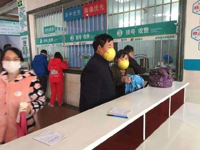 La gente indossa maschere originali contro il coronavirus in Cina
