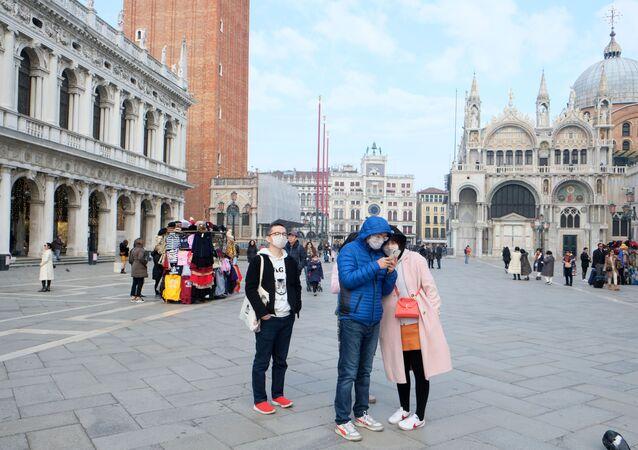 Turisti cinesi con le mascherine in piazza San Marco a Venezia