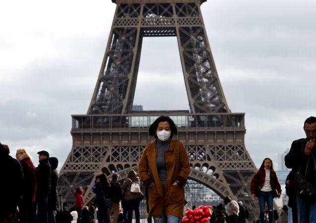 Una donna in maschera a Parigi