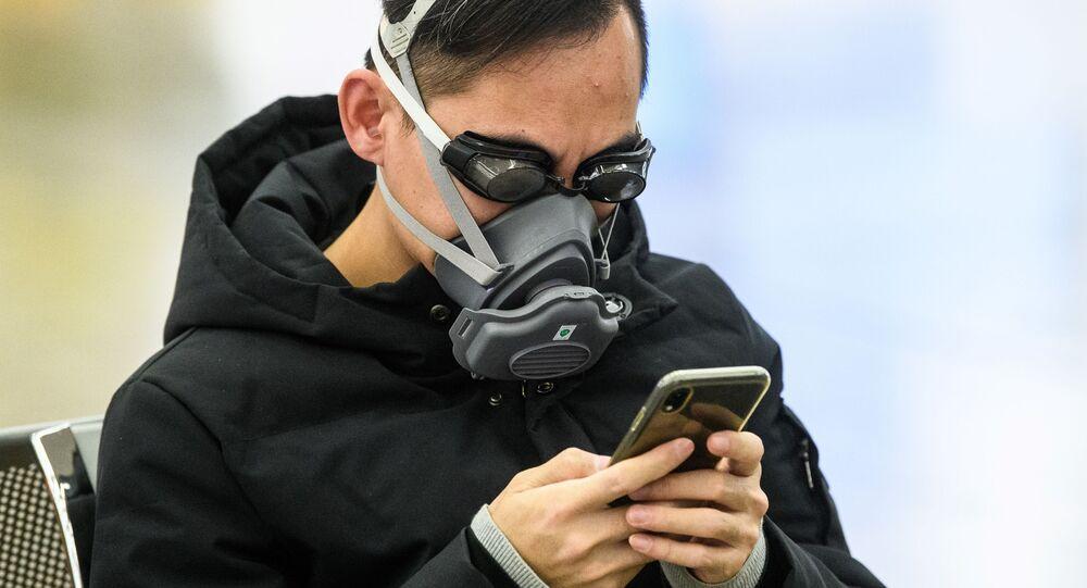 Un passeggero in maschera e occhialini da nuoto per proteggersi dal coronavirus a Hong Kong
