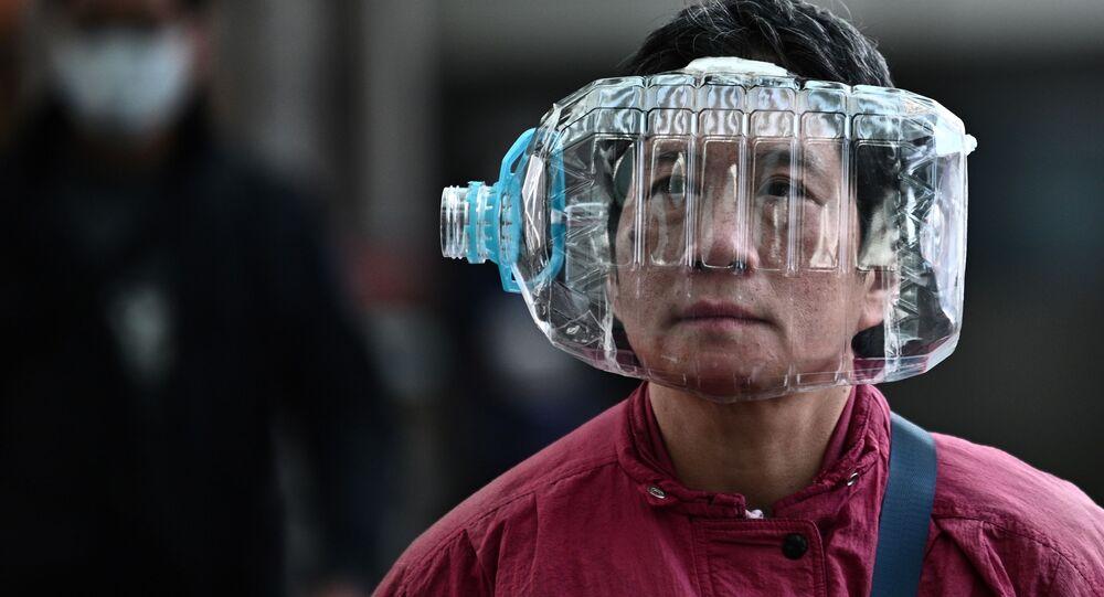 Un abitante di Hong Kong indossa una bottiglia come maschera per proteggersi dal coronavirus.