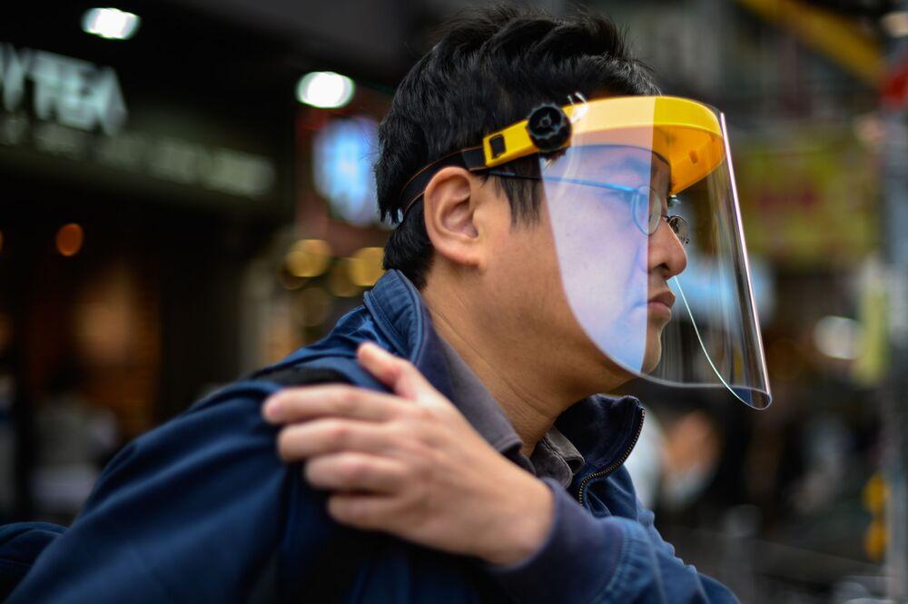 Un uomo con una mascherina protettiva a Hong Kong