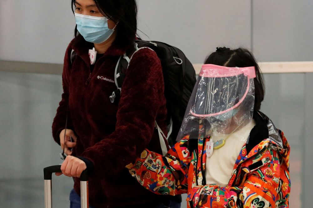 Una bambina indossa una mascherina fai da te a Hong Kong
