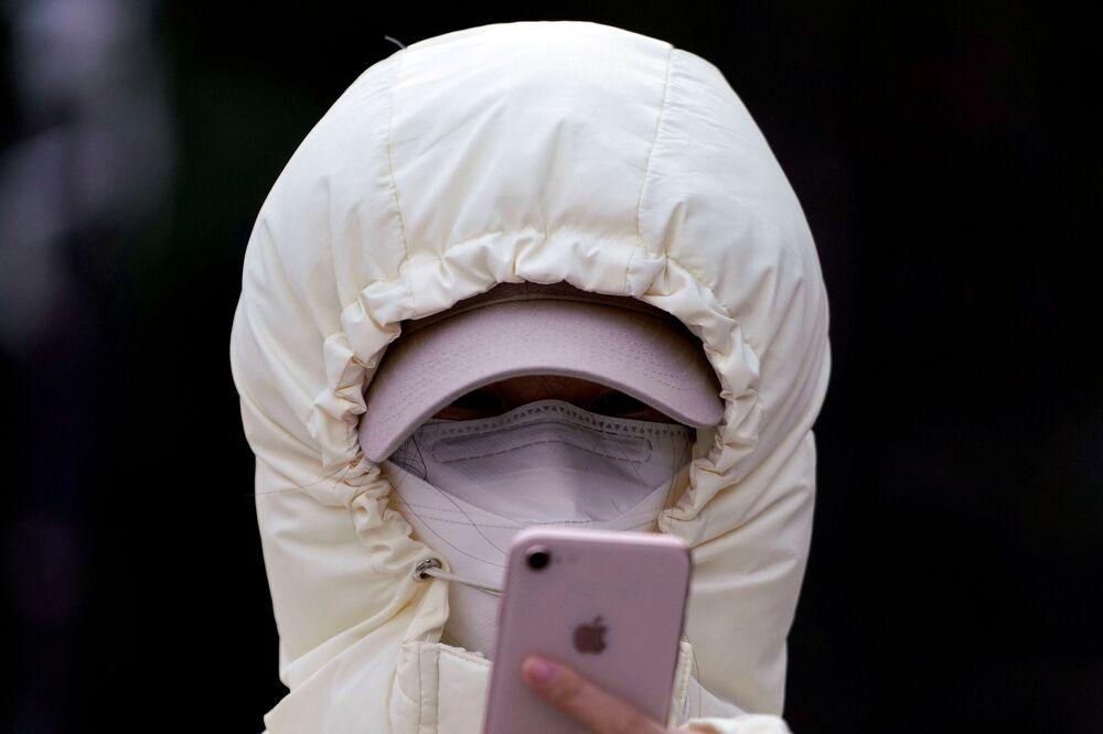 Una donna in una maschera a Shanghai