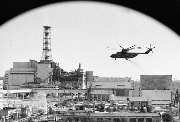 Degli elicotteri decontaminano gli edifici della centrale nucleare di Chernobyl dopo l'incidente - Sputnik Italia