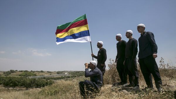 Members of the Druze community watch the fighting in Syria's ongoing civil war, next to the border fence between Syria and the Israeli-occupied Golan Heights, near the Druze village of Majdal Shams, June 16, 2015. - Sputnik Italia