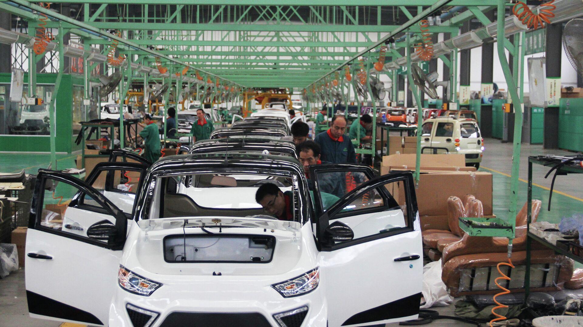 I lavoratori assemblano auto elettriche in una fabbrica di Zouping, nella provincia di Shandong, nella Cina orientale, il 16 settembre 2014 - Sputnik Italia, 1920, 28.05.2021