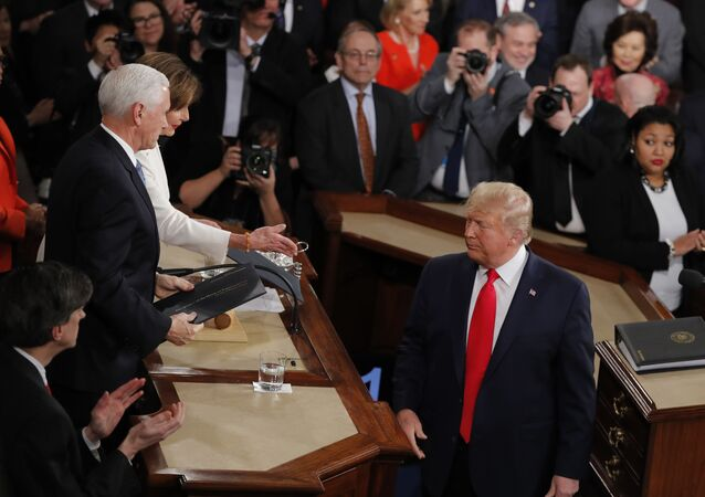 Il presidente Donald Trump si gira  dopo aver consegnato le copie del suo discorso al presidente della Camera Nancy Pelosi di California, e al vicepresidente Mike Pence mentre pronuncia il suo discorso sullo Stato dell'Unione a una sessione congiunta del Congresso a Capitol Hill a Washington, martedì 4 febbraio , 2020.