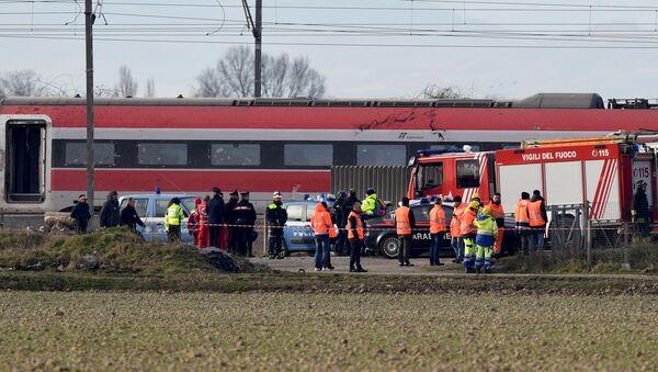 La polizia e i vigili del fuoco aiutano i passeggeri del treno ad alta velocità Frecciarossa deragliato sulla linea Milano-Bologna a Ospedaletto Lodigiano, il 6 febbraio 2020 - Sputnik Italia