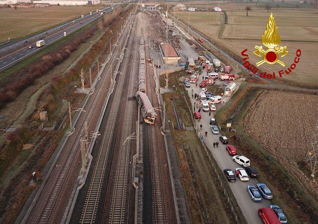 La polizia e i vigili del fuoco visti vicino al treno ad alta velocità Frecciarossa deragliato sulla linea Milano-Bologna a Ospedaletto Lodigiano, il 6 febbraio 2020