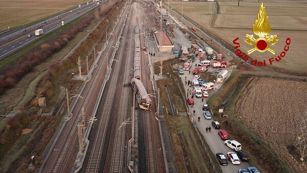 La polizia e i vigili del fuoco visti vicino al treno ad alta velocità Frecciarossa deragliato sulla linea Milano-Bologna a Ospedaletto Lodigiano, il 6 febbraio 2020 - Sputnik Italia