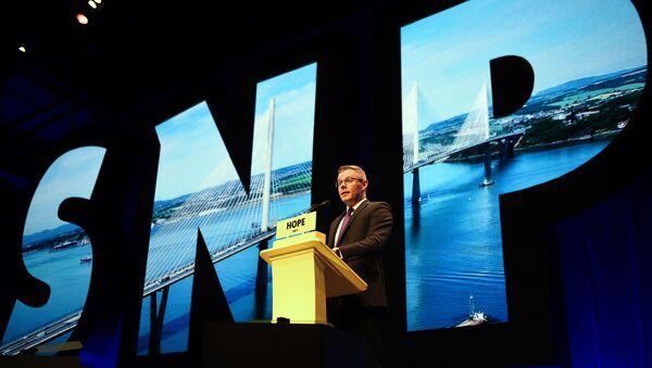 Derek Mackay, ministro delle finanze e della costituzione scozzese, e SNP MSP, interviene l'ultimo giorno della conferenza annuale del Partito nazionale scozzese (SNP) a Glasgow il 9 ottobre 2018 - Sputnik Italia