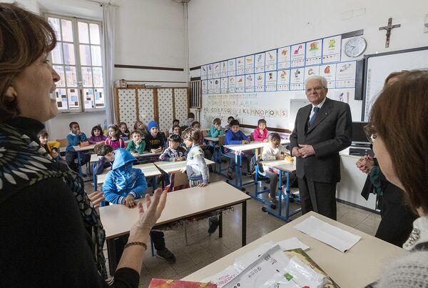 """Il Presidente Sergio Mattarella in occasione della visita alla scuola """"D. Manin"""", nel quartiere esquilino. - Sputnik Italia"""
