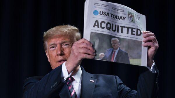 Presidente Donald Trump mostra quotidiano che scrive dell'assoluzione - Sputnik Italia