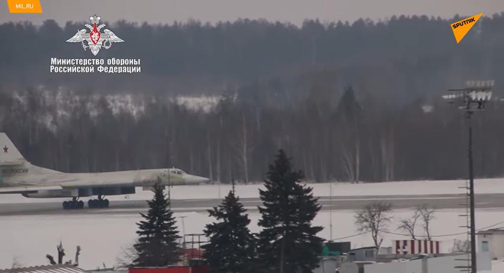 Difesa russa mostra il primo volo del bombardiere missilistico strategico Tu-160M