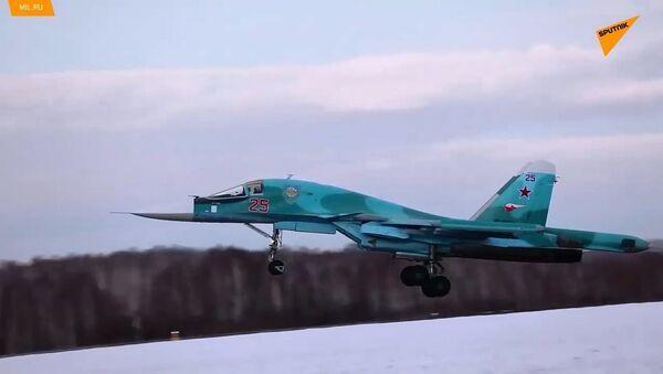Voli degli equipaggi del Su-34 in condizioni meteorologiche difficili - Sputnik Italia